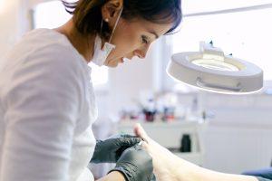 Diana bei der Fußpflege